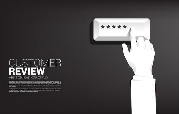 Empresário de silhueta toque botão estrela de classificação. Vetor Premium