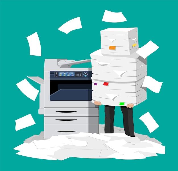 Empresário em uma pilha de papéis. máquina multifuncional de escritório. Vetor Premium