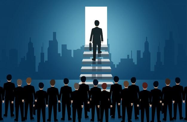 Empresário subir a escada para a porta da luz. suba a escada para o sucesso na vida e progresso Vetor Premium