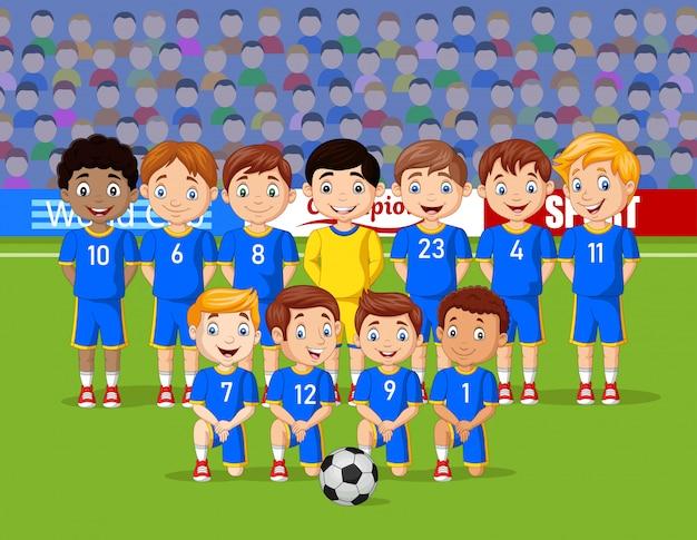 Equipe de crianças de futebol dos desenhos animados em um estádio Vetor Premium