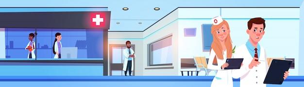Equipe de médicos profissionais no moderno hospital ou clínica trabalhando banner horizontal Vetor Premium