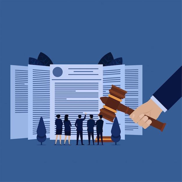 Equipe de negócios ver acordo legal para o serviço de direitos autorais do produto. Vetor Premium