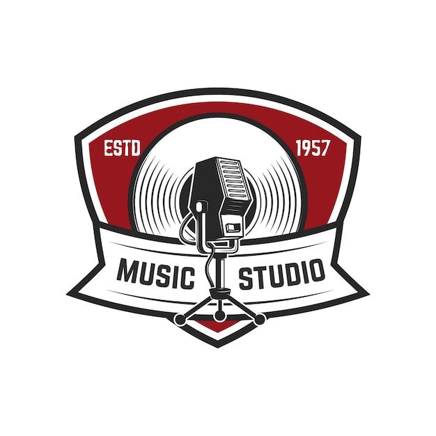 Estúdio de música. modelo de emblema com microfone retrô. elemento para o logotipo, etiqueta, emblema, sinal. ilustração Vetor Premium