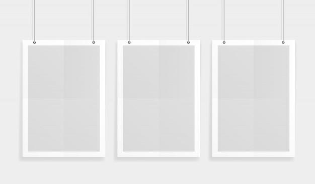Esvazie três maquetes de papel de vetor de tamanho a4 branco pendurado com clipes de papel. mostre seus folhetos, brochuras, manchetes etc. com este elemento de modelo de design realista altamente detalhado Vetor Premium