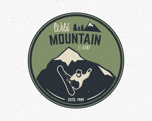 Etiqueta do explorador do vintage do acampamento da montanha. design de logotipo de aventura ao ar livre. Vetor Premium