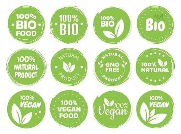 Etiquetas e rótulos de logotipo de comida vegan eco vegetariano, conceito natural de produto verde. mão ilustrações desenhadas. Vetor Premium