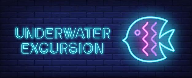 Excursão subaquática em estilo neon. texto e peixe azul no fundo da parede de tijolo. Vetor grátis