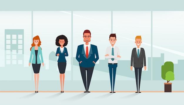 Executivos do caráter dos trabalhos de equipa que estão corporativos. Vetor Premium