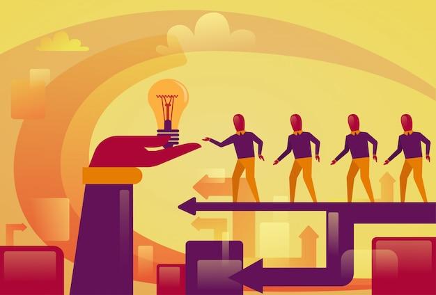 Executivos que andam à mão abstrata que guarda o conceito startup novo do desenvolvimento da ideia da ampola Vetor Premium