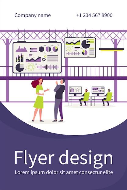 Executivos trabalhando no centro de controle com telas grandes, modelo de folheto plano Vetor grátis