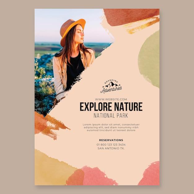 Explore o modelo de folheto de caminhada vertical na natureza Vetor grátis