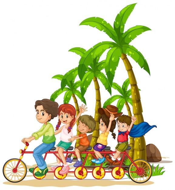 Família andando de bicicleta em tandem na praia Vetor grátis