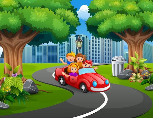 Família feliz, andar de carros no parque da cidade Vetor Premium