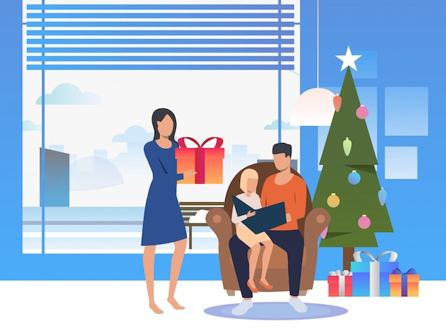 Família feliz, aproveitando a véspera de natal Vetor grátis