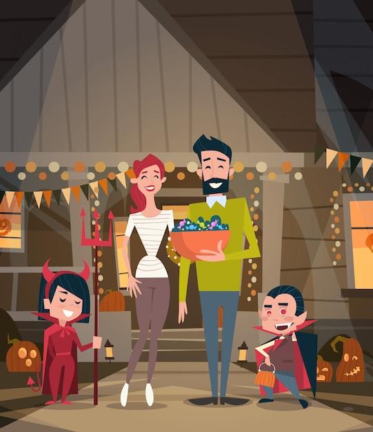 Família feliz comemorar pais de halloween e crianças usam conceito de festa de terror de decoração de trajes de vampiro Vetor Premium