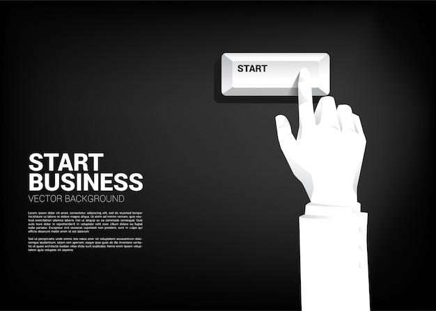 Feche o botão de teclado de início de imprensa de mão de empresário. Vetor Premium