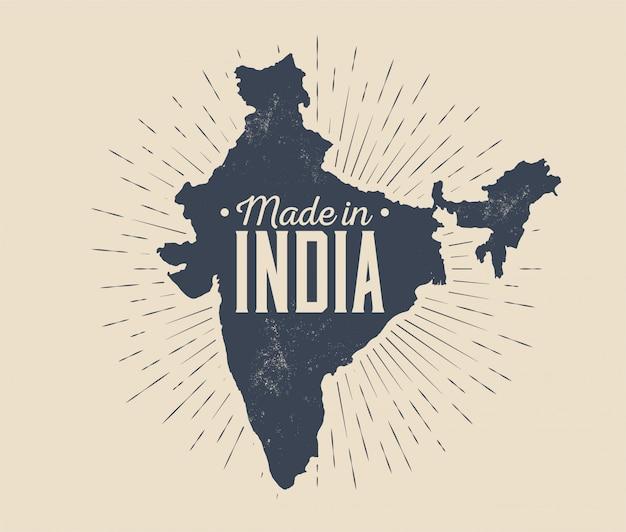Feito na índia distintivo ou etiqueta ou modelo de design de logotipo com silhueta de mapa índia negra com sunburst isolado na luz de fundo. ilustração com estilo vintage Vetor Premium