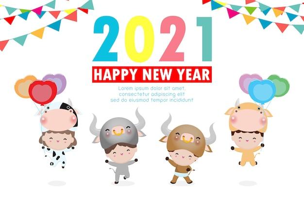 Feliz ano novo 2021 crianças fundo, lindos meninos vestindo fantasias de animais de vaca isoladas no fundo, crianças em seus trajes de animais de boi, linda criança em cosplay o ano do vetor de boi Vetor Premium
