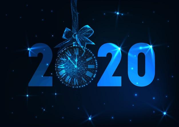 Feliz ano novo banner com texto futurista brilhante baixo poli 2020, relógio contagem regressiva, arco de presente, estrelas. Vetor Premium