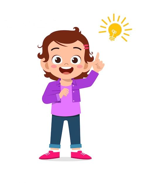 Feliz criança menina bonitinha com sinal de lâmpada de ideia Vetor Premium
