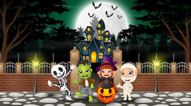 Feliz, crianças, desgastar, halloween traje, ao ar livre Vetor Premium