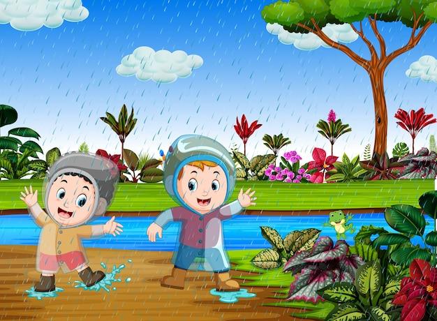 Feliz, crianças, jogo, com, a, água, em, a, chuvoso, estação Vetor Premium