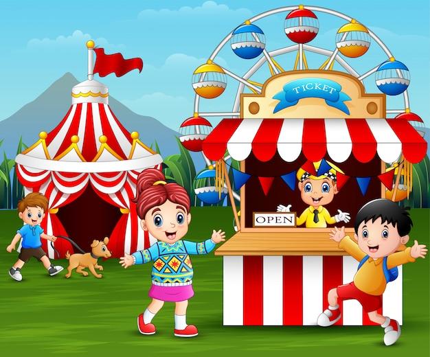 Feliz, crianças, tendo divertimento, em, a, parque divertimento Vetor Premium