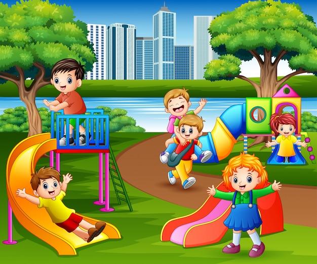 Feliz, crianças, tocando, em, a, escola, pátio recreio Vetor Premium