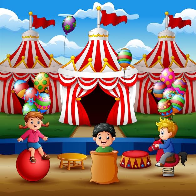 Feliz, crianças, tocando, ligado, a, circo, arena Vetor Premium