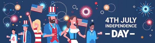 Feliz dia da independência 4 de julho mistura pessoas de corrida com bandeiras dos eua comemorando bonés sobre fogos de artifício Vetor Premium