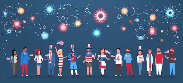 Feliz dia da independência 4 de julho misture roupas tradicionais de pessoas de corrida com bandeiras dos eua comemorando bonés sobre fogos de artifício Vetor Premium