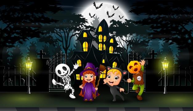 Feliz dia das bruxas comemorar na frente da casa hounted Vetor Premium