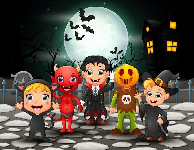 Feliz, dia das bruxas, crianças, em, lua cheia, fundo Vetor Premium