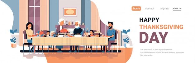 Feliz dia de ação de graças família de várias gerações sentado mesa comemorando o dia de graças Vetor Premium