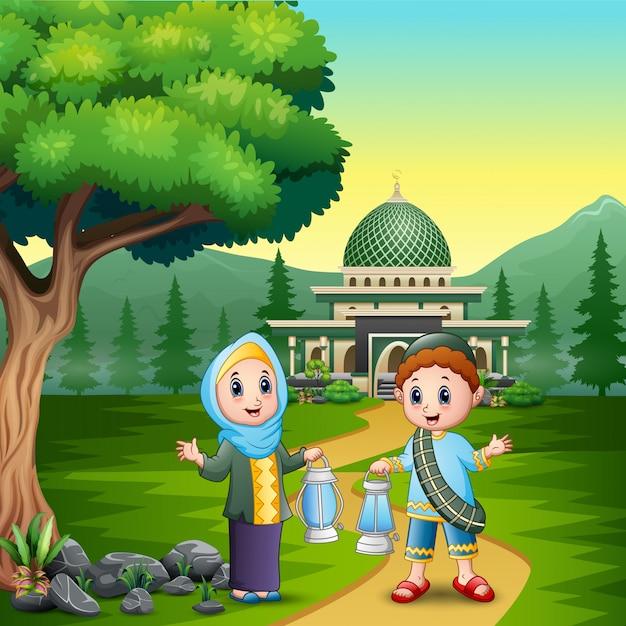Feliz eid mubarak com casal muçulmano segurando a lanterna Vetor Premium