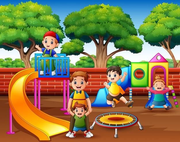 Feliz, excitado, crianças, tendo divertimento, junto, ligado, pátio recreio Vetor Premium