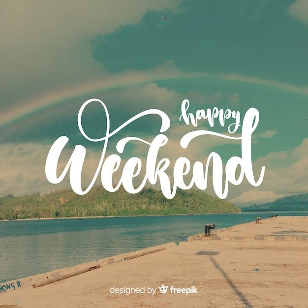 Feliz fim de semana rotulação com fundo de fotografia Vetor grátis