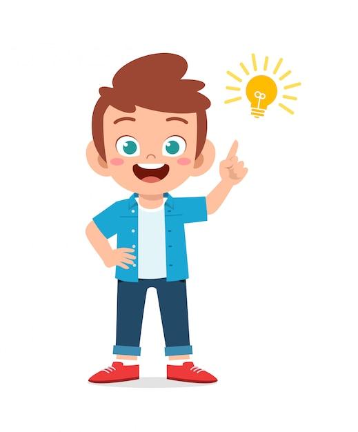 Feliz garoto menino bonitinho com sinal de lâmpada de ideia Vetor Premium