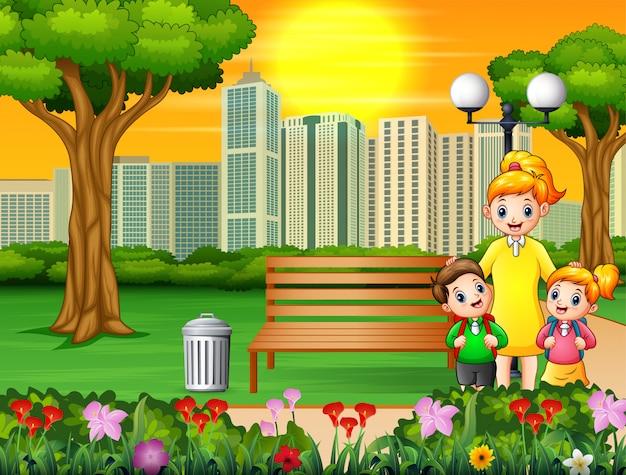 Feliz mãe e filhos no parque da cidade Vetor Premium