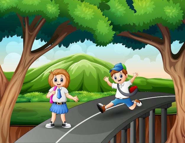 Feliz menino e menina indo para casa depois da escola Vetor Premium