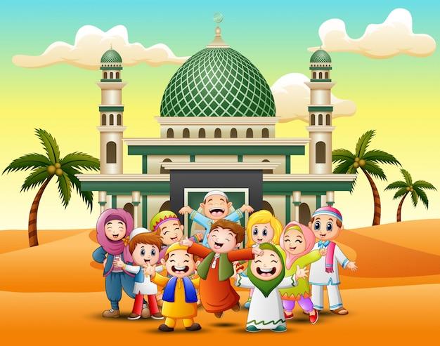 Feliz, muçulmano, crianças, caricatura, frente, mesquita Vetor Premium