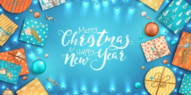 Feliz natal e feliz ano novo fundo com enfeites coloridos, caixas de presente e guirlandas Vetor Premium