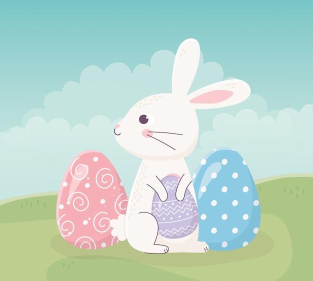 Feliz páscoa sentado coelho com ovos na celebração da grama Vetor Premium