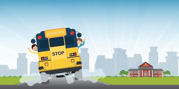 Felizes crianças sorridentes montando uma vista de toda a traseira do ônibus escolar. Vetor Premium