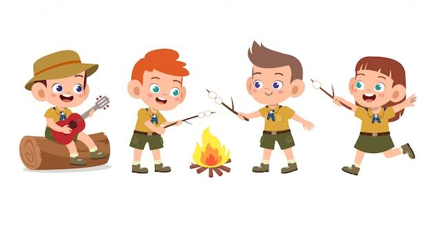 Felizes filhos bonitos no conjunto de acampamento Vetor Premium