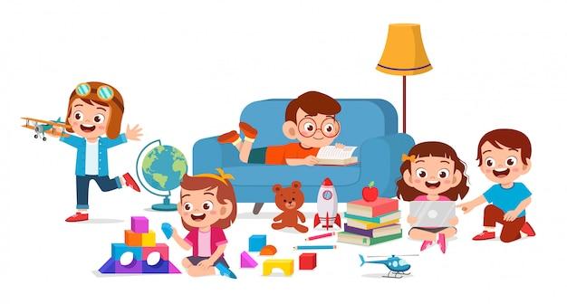 Felizes lindos filhos menino e menina jogam juntos Vetor Premium