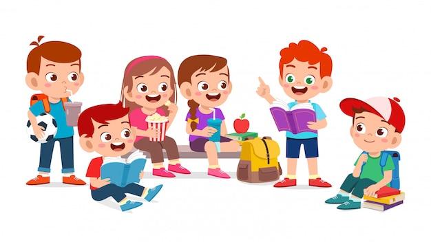 Felizes lindos filhos menino e menina ler livro juntos Vetor Premium