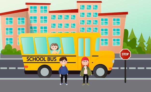 Felizes lindos filhos vão para a escola de ônibus. esperando um ônibus escolar em um ponto de ônibus. ilustração Vetor Premium