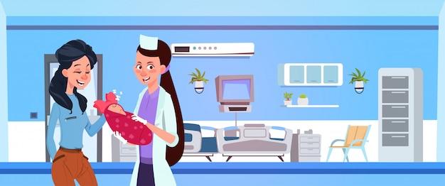 Feminino médico dar recém-nascido a mãe feliz na ala do hospital Vetor Premium