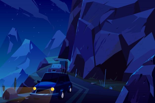 Férias viajam de carro carregado com sacos de bagagem no telhado, indo na estrada serpentina alta nas montanhas durante a noite. Vetor grátis